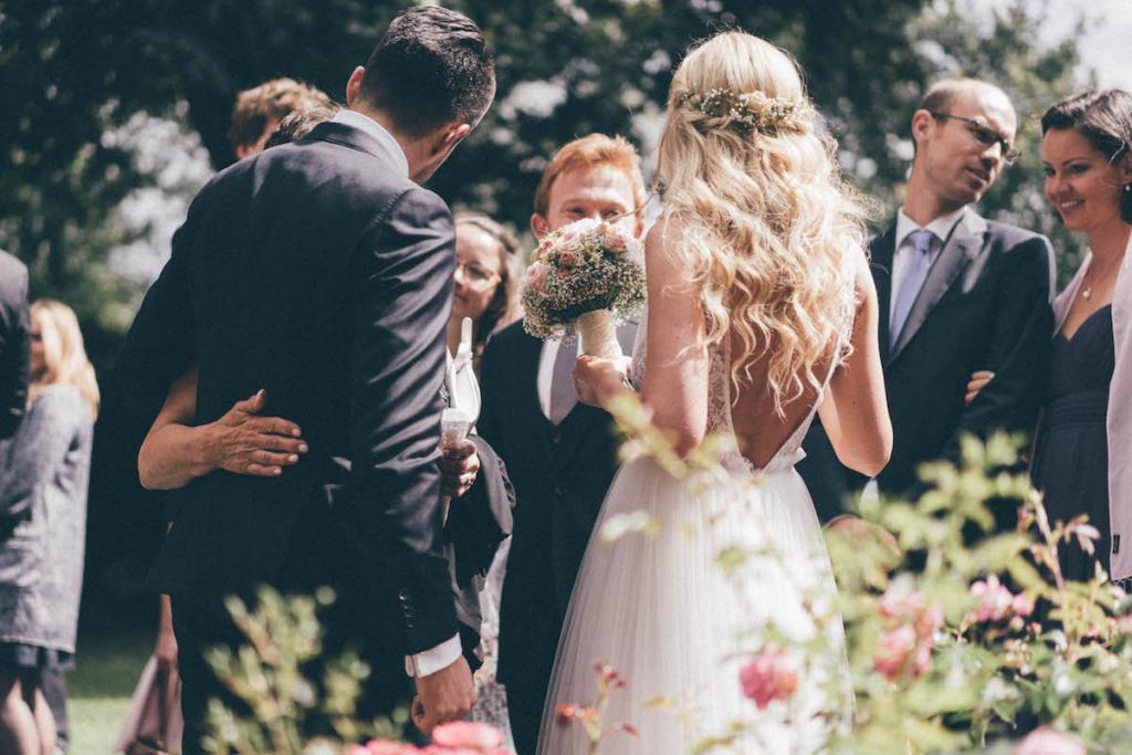 Brautfrisur Mit Blumenkranz Seiten Locker Nach Hinten Gedreht