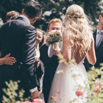 natürliches Brautstyling mit leichten Wellen, die Braut trägt die Haare halboffen, die Seiten habe ich getwistet und Schleierkraut eingearbeitet