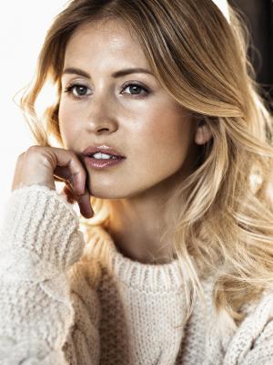 Model mit kommerziellem Make up, leicht und natürlich, Ihre Haare sind sanft gewellt