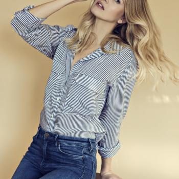 Fashion make up und hairtstyling, blondes Model trägt nur wenig Make up mit leichtem Glow und eine sanfte Bewegung im Haar