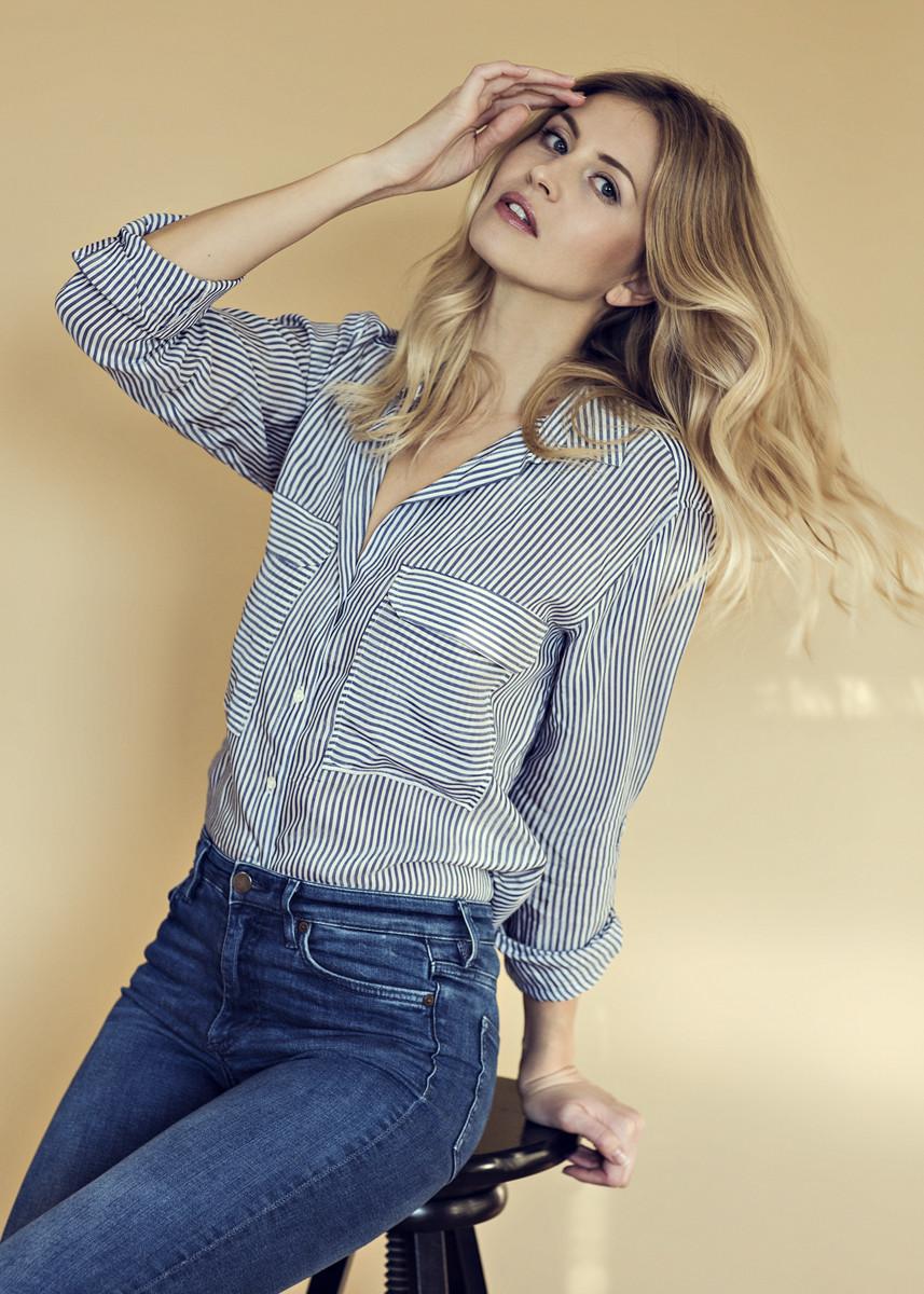 Fashion make up und hairtstyling, leichter Glow, sanfte Bewegung im Haar