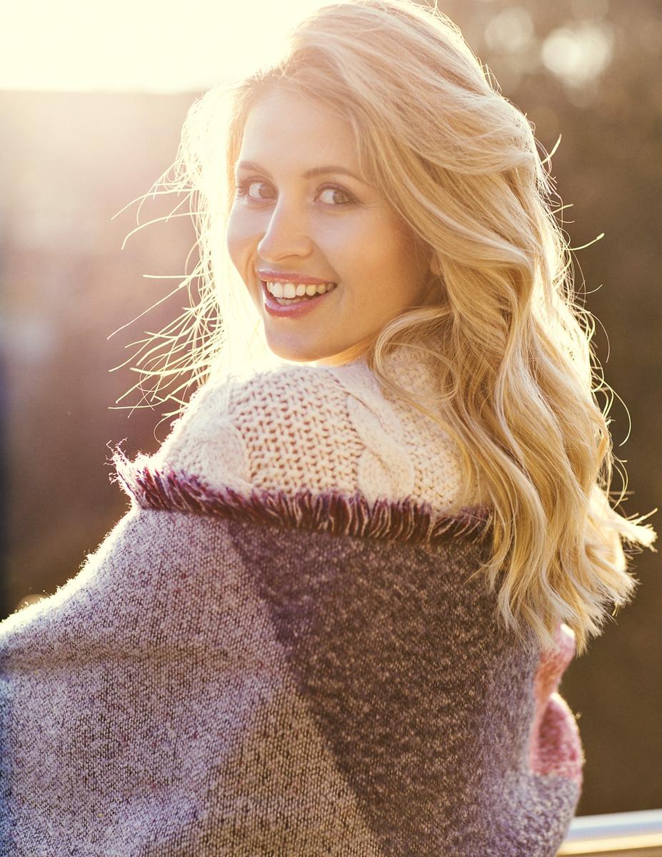 natürliches Make up, sanfte Wellen, Model in winterlichem Style