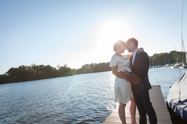Hochzeit am See mit einfachem natürlichem Brautstyling