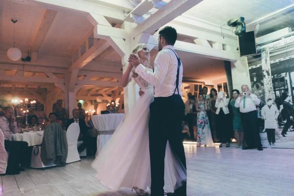 Märchenhaftes Styling der Braut mit sanft gewellten Haaren und zartem Make up. Sie trägt ein fliessendes Brautkleid aus Spitze und Tüll
