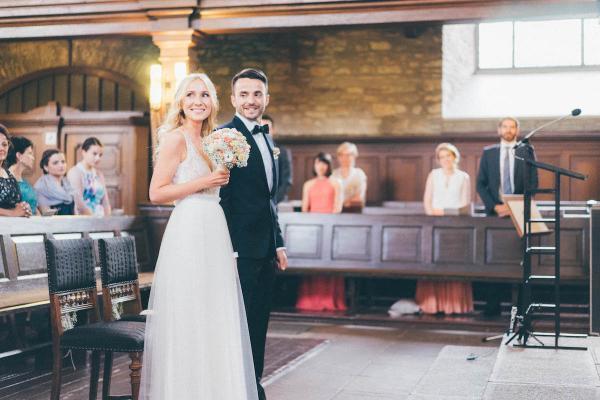 Bildhübsches Brautpaar bei einer Landhochzeit. Die natürliche Brautfrisur und das elfenhafte Kleid unterstreichen den Vintage Look