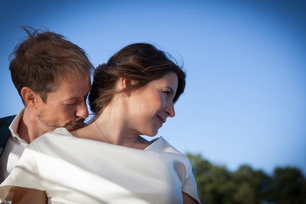 natürliches Hochzeitsstyling locker im Nacken zu einem Knoten zusammengesteckte Haare und natürliches frisches Brautmake up für Ihre Trauung