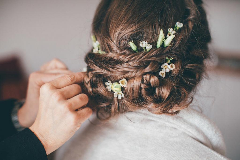 Hochzeitsfrisur Naturlich Romantisch Modern Mit Echten Blumen