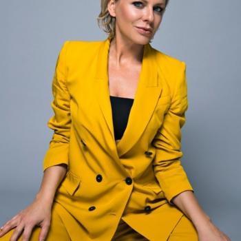Modell in gelbem Anzug