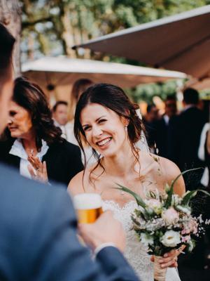 Aufnahmen einer glücklich lachenden Braut