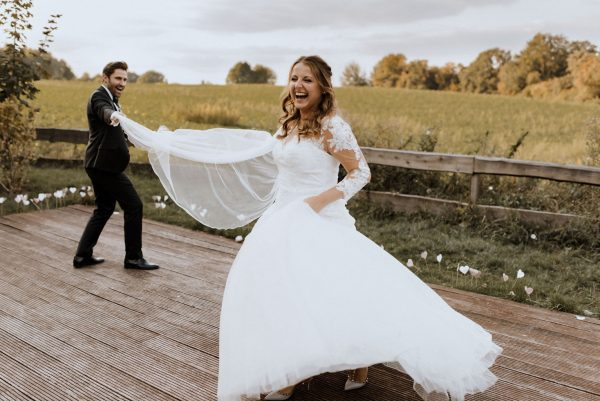 fröhliche, lebendige Brautpaar Bilder auf dem Land