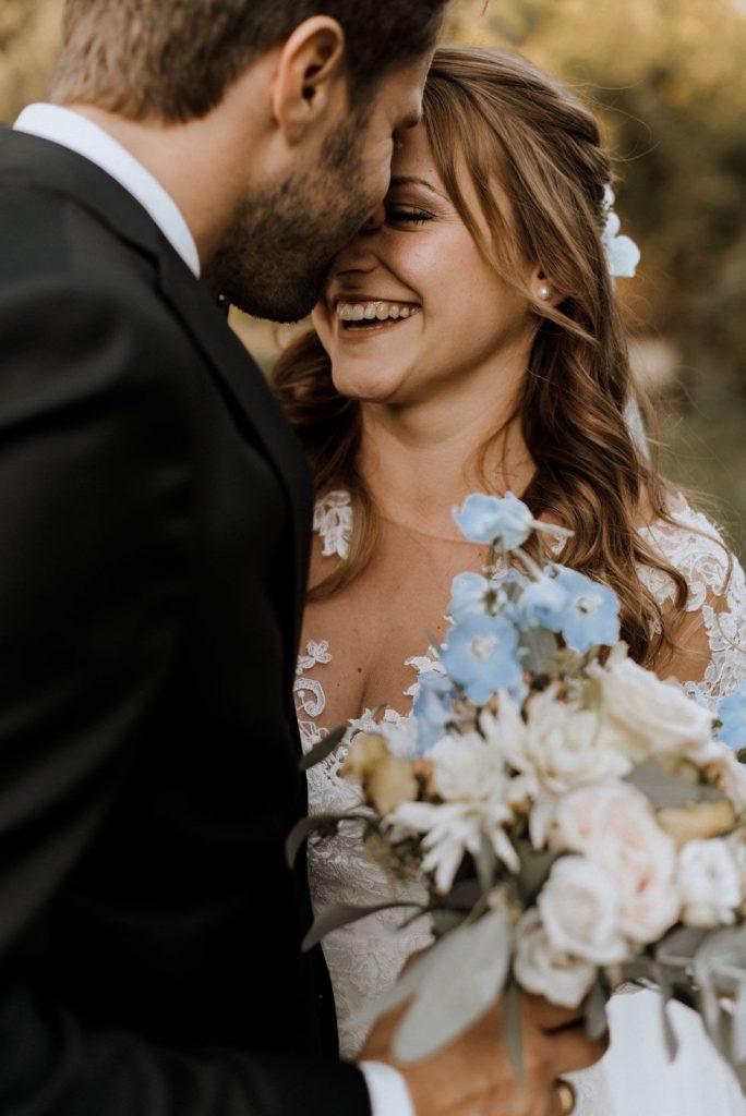 Hochzeit fröhliche natürliche Aussenaufnahme