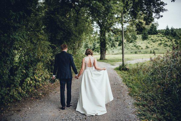 Rückenfreies Brautkleid Brautpaar im grünen fotografier
