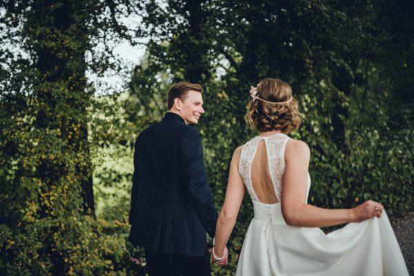 gewellte Haare mit feinem headpiece Hochzeitsfoto mit grünem Hintergrund