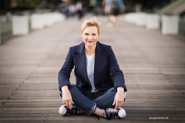 Businessbild Düsseldorf Frau in Jeans, Blazer Netzstrümpfen und Sneaker