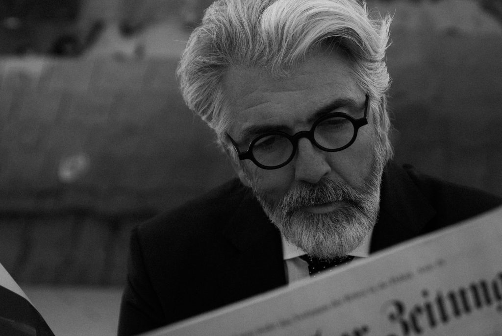 Mann mit Brille beim Zeitungsleser black and white photo advertising for man glasses make-up and hair-styling Monika Mage