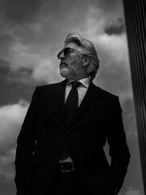 men styling Business Werbefoto für Brillen outdoor in schwarz weiss