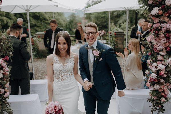 straight and naturally, die Braut auf diesem Hochzeitsfoto ist sanft geschminkt und trägt einen geglätteten Bob mit einem Schleier