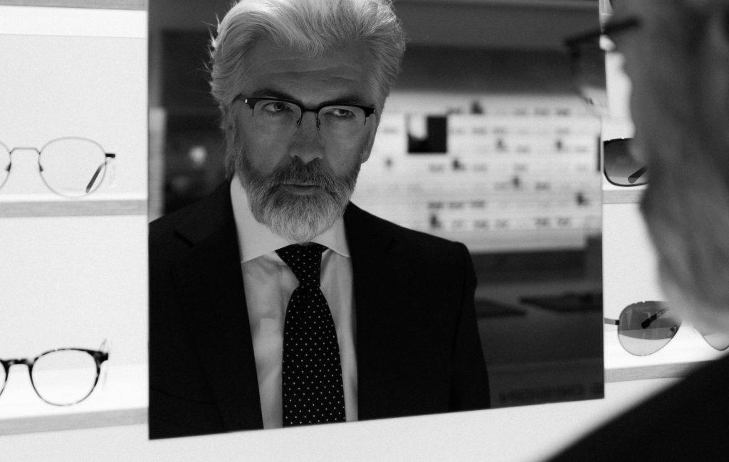 Dieses schwarz-weiss Photo für Herren Brillenwerbung wurde in einem Brillengeschäft aufgenommen