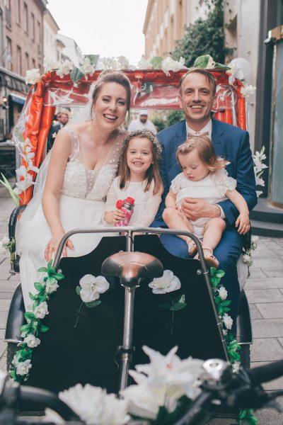 Loose wedding bun, Hochzeitsfoto mit Familie unterwegs in geschmückter Rikscha