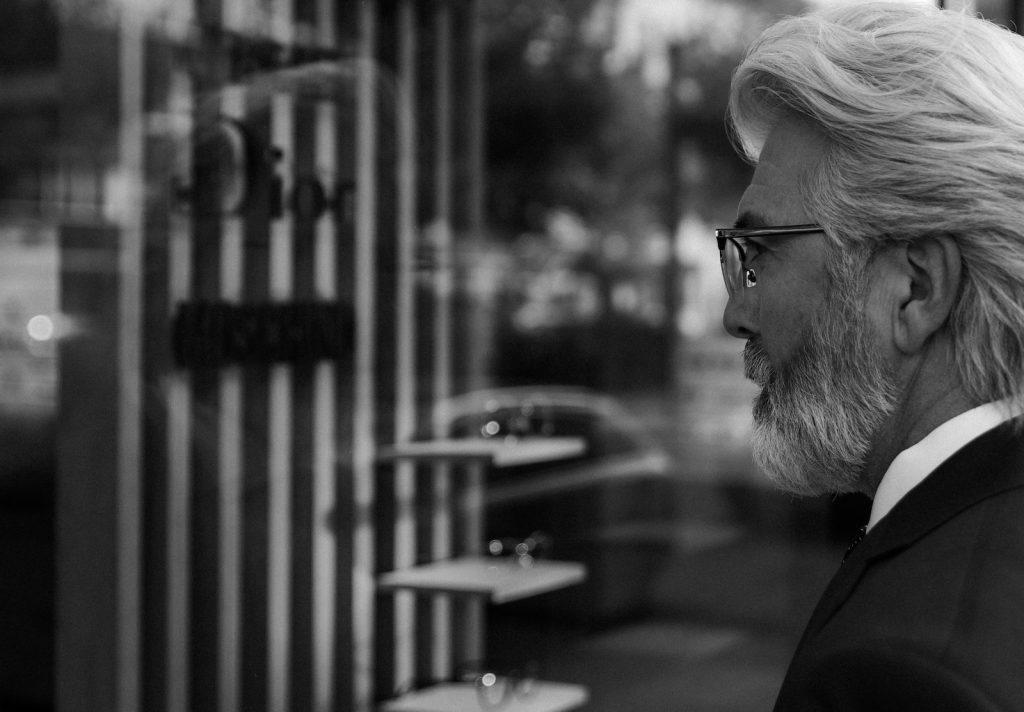 Männer Modell mit weissen Haaren und Bartfotografiert für Brillenwerbung