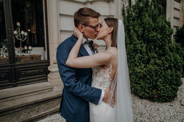 straight and naturally, Foto vom Hochzeitskuss, die Brautträt einen langen Schleier in glatten Haaren, geschminkt wurde sie zart und natürlich