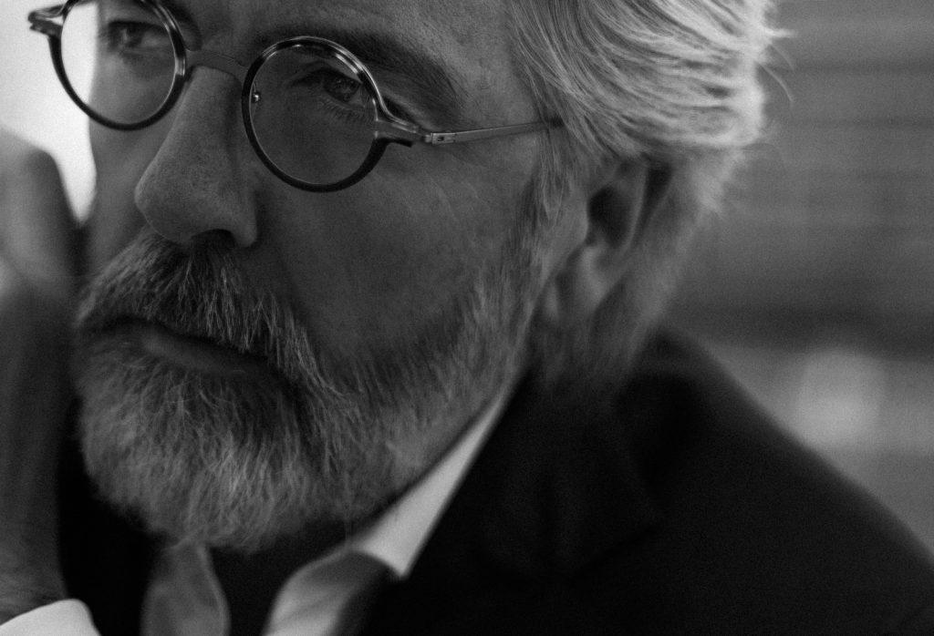 professionelle Businesswerbung Foto eines Herren mit Bart und markanter, runder Brille