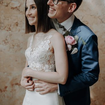 straight and naturally Bild von einem Brautpaar die Braut trägt ein zartes, sehr leichtes make up und glatten Haaren
