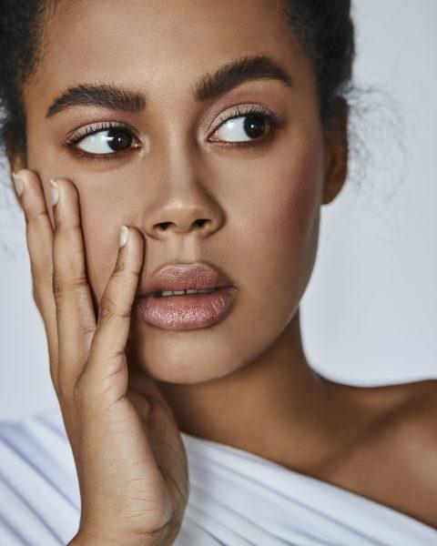 zartes Beauty make up mit starken Augenbrauen