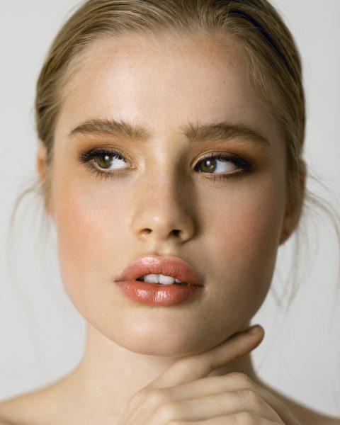 natürliches make up in armen tönen und betonten Augenbrauen