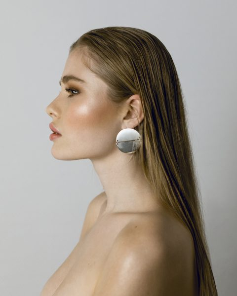pure styling Modell im Sleek Look, geschminkt mit betonten Augenbrauen und glowy make up
