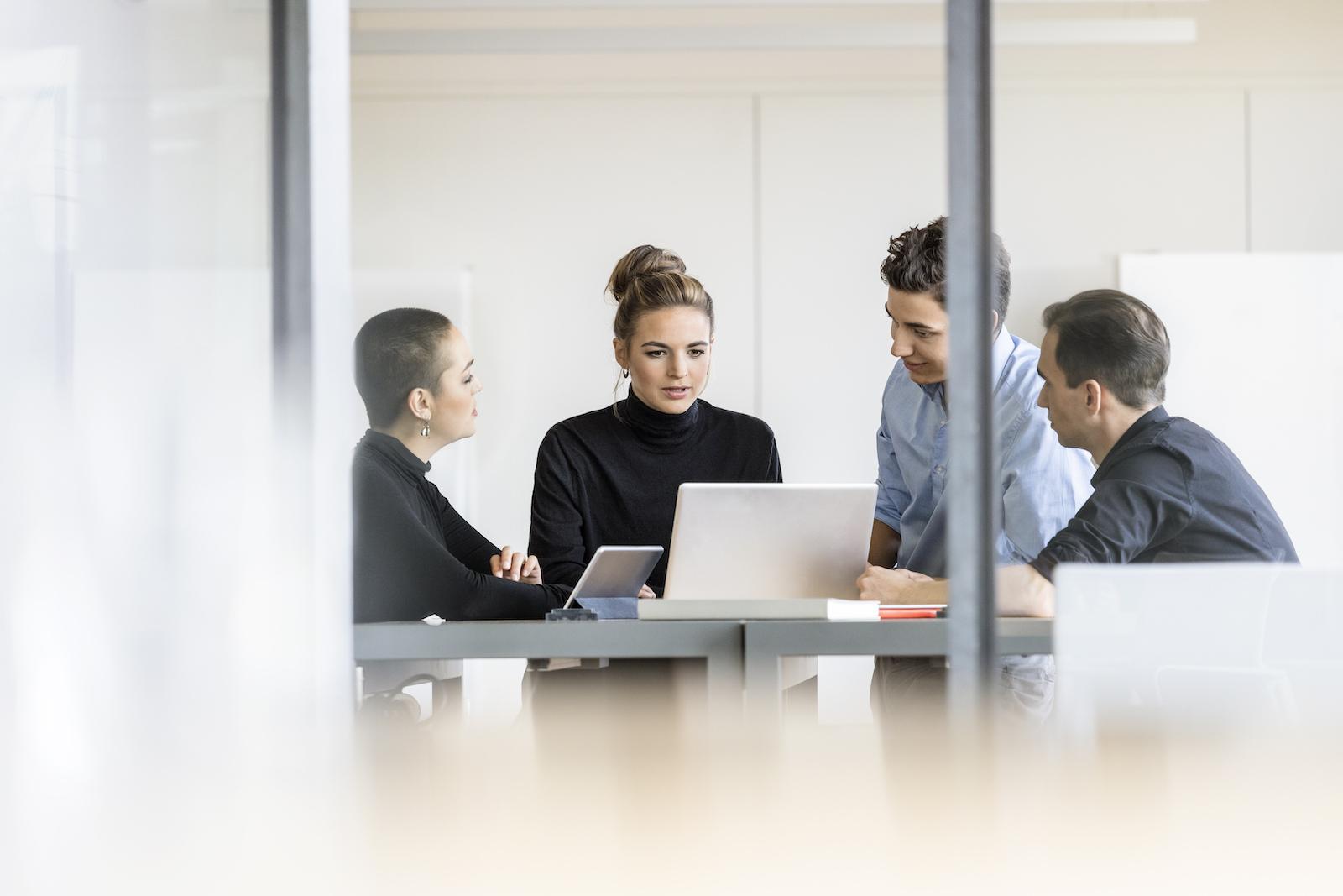 jung business Minimeeting im Office, zwei Männer, zwei Frauen Business-styling Monika Mages