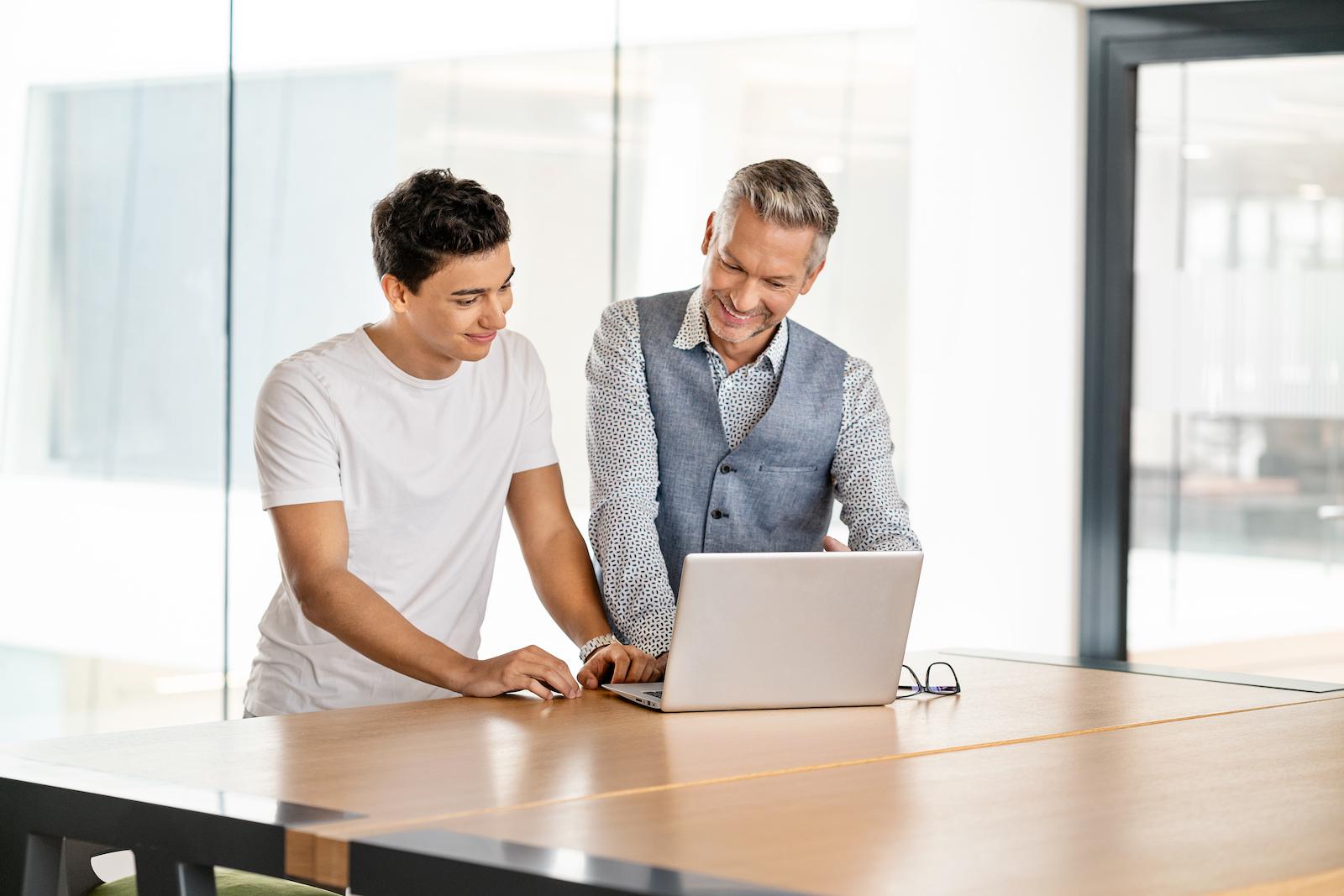 business besprechung zwei maenner