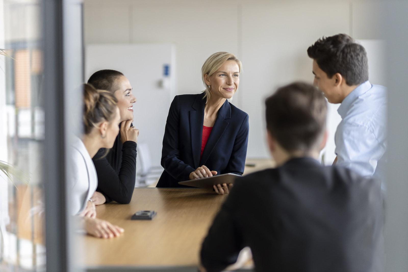 casual relaxed weibliche Führungskraft mit Trainees im Meeting
