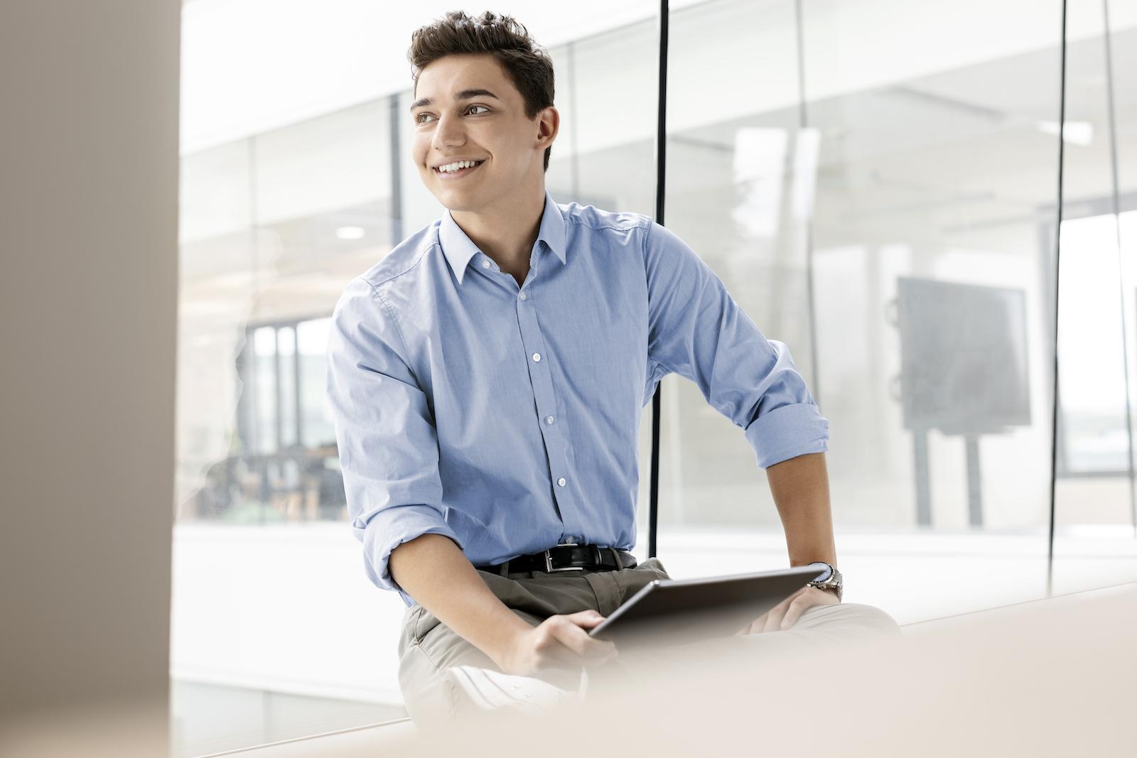 jung business männlicher Trainee im Office mit Tablet am Fenster Businessstyling Monika Mages