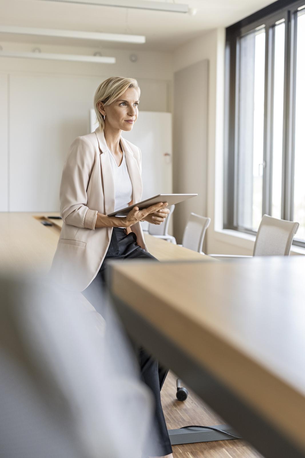 weibliche Führungskraft allein in Meetingraum