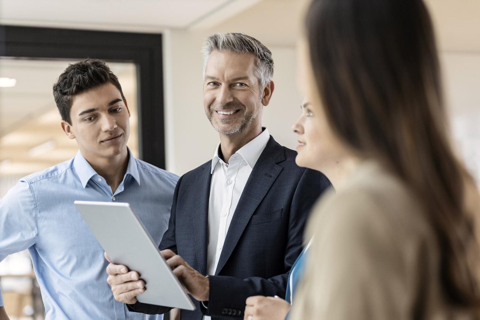 männliche Führungskraft mit Trainees im Office Businesstylign Monika Mages