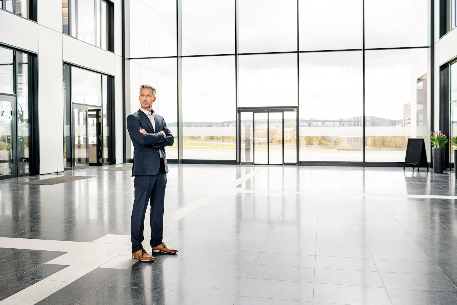 Business Mann in Glas Gebäude