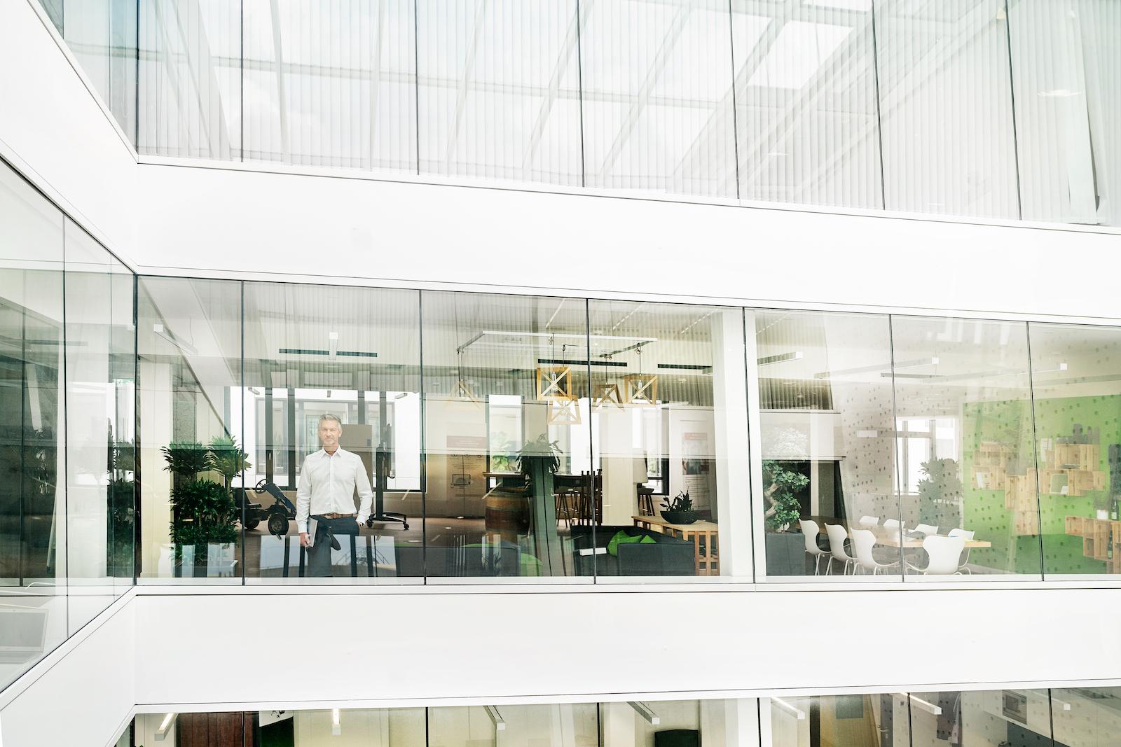 Business Mann in schönem Büro Gebäude