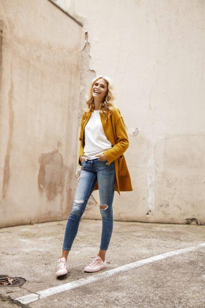 blonde girl, Junge Frau in Jeans shirt und Mantel