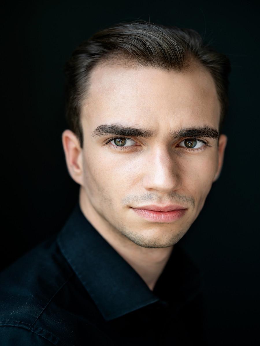 Portrait eines jungen Mannes mit schwarzem Hintergrund