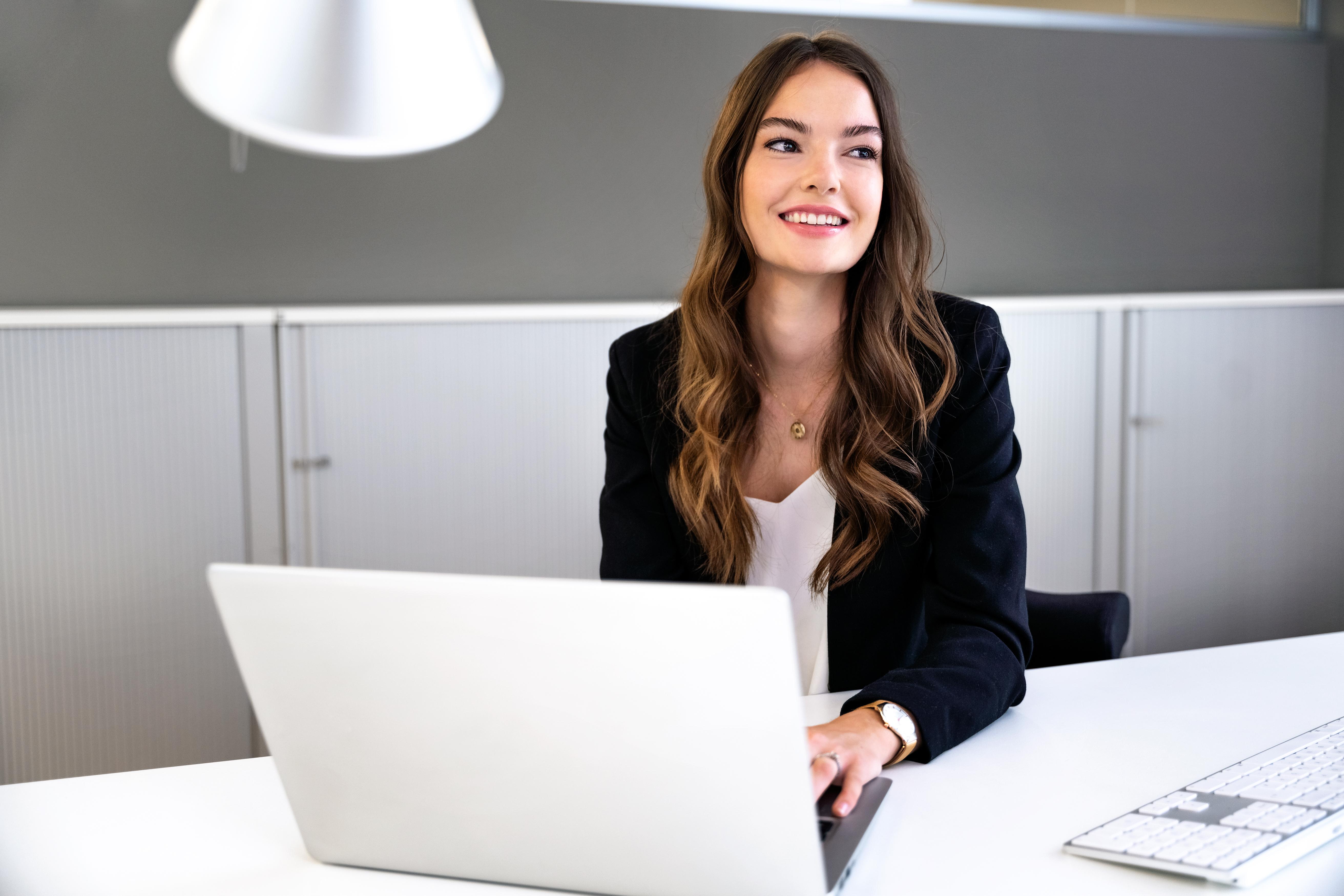 schönes business make up junge Frau