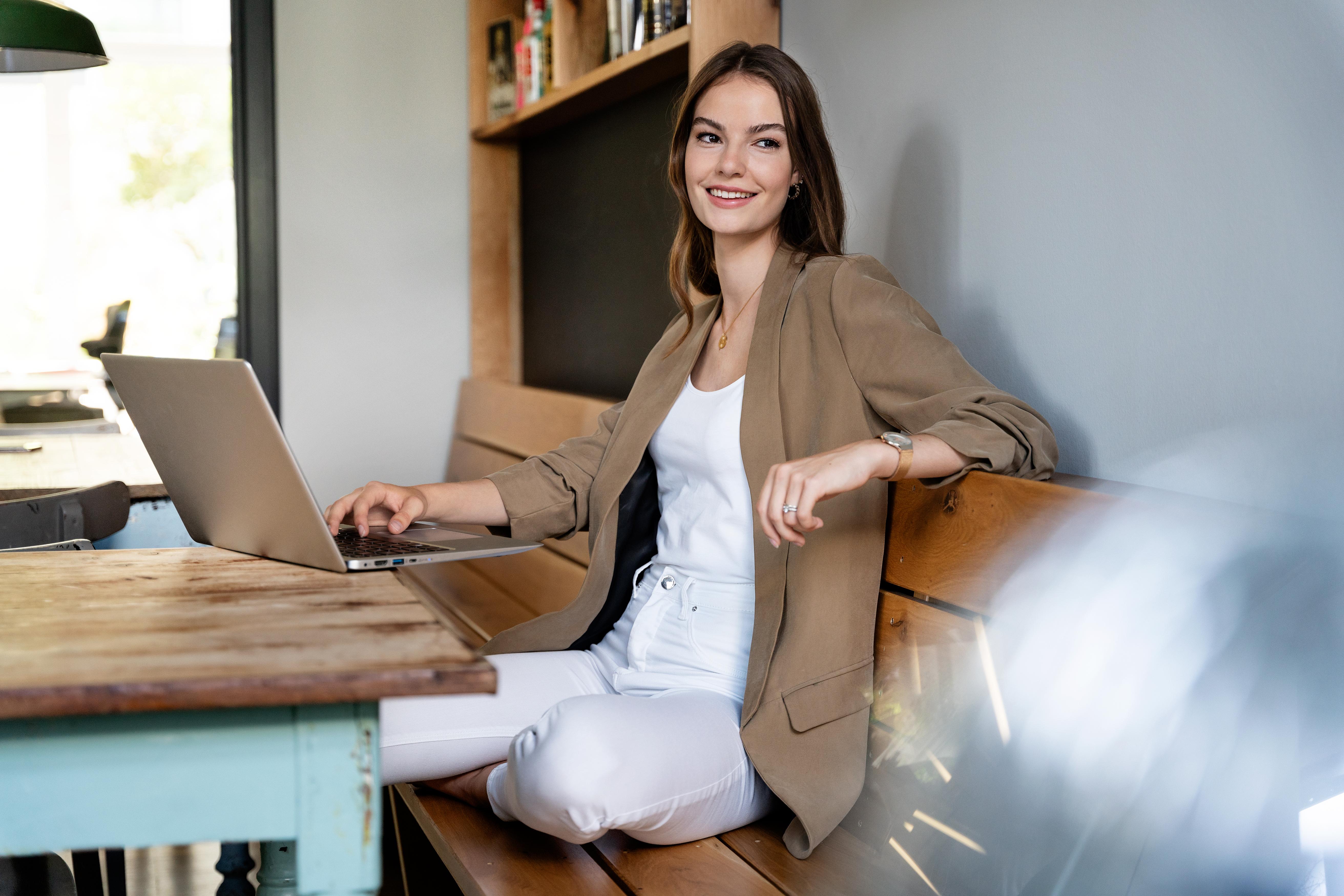 junge Frau mit natürlichem Styling in legerer Business Situation