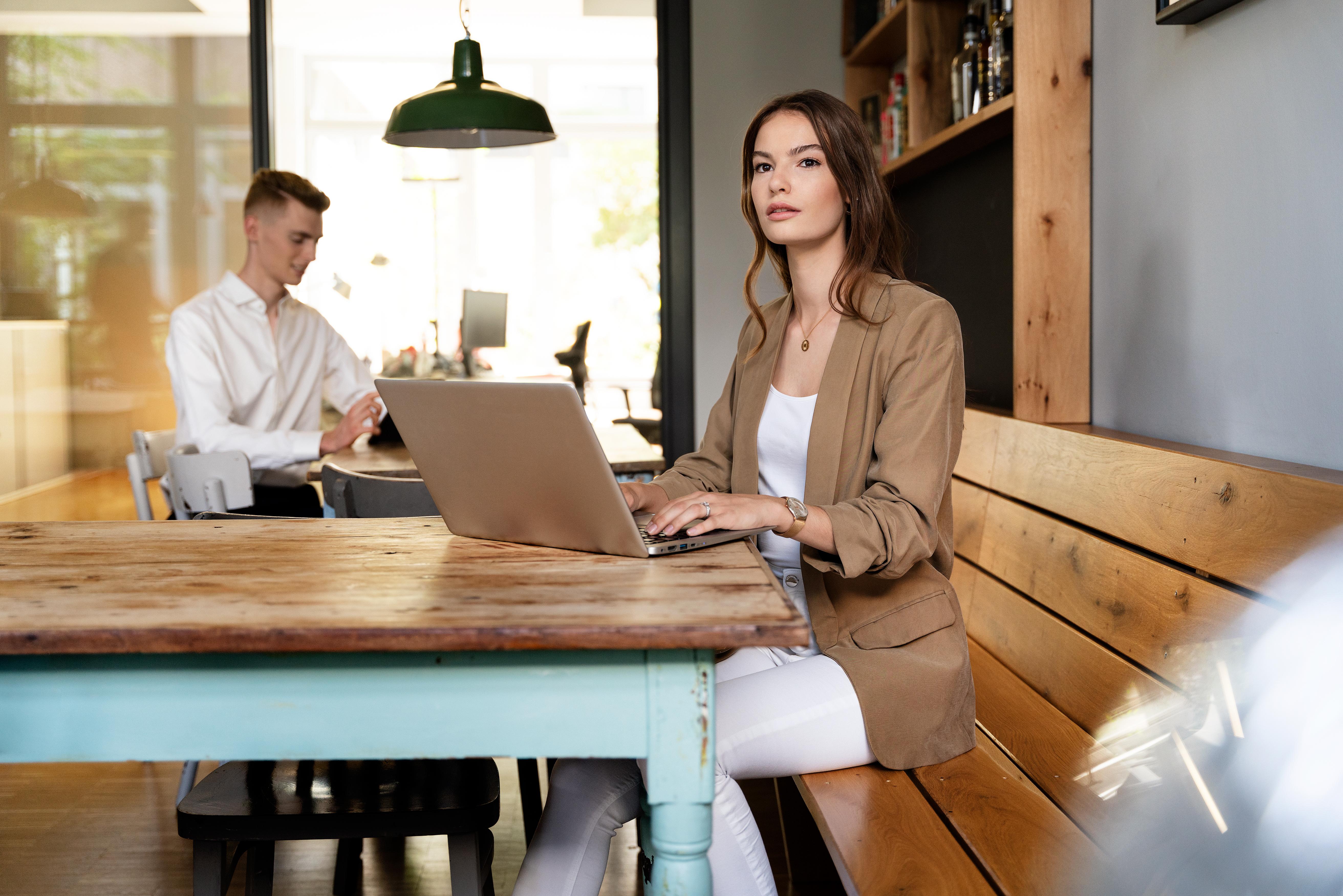 Junge Frau am Laptop in modernen Büro Räumlichkeiten